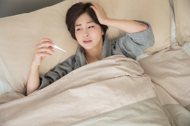 「熱が下がらない」「急変のサインは?」自宅療養者の不安の声に医師は