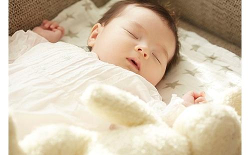 赤ちゃんに必要な睡眠時間ってどのくらい?医師が解説、「育児の科学」